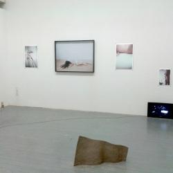 li. florian Tenk, m. NM/Astoria Kandis, re. Florian Tenk, Nicolai Leicher ( Videoinstallation), vorne Alexandre Stetter
